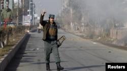 13일 아프가니스탄 동부 잘랄라바드 파키스탄 영사관 인근에서 폭탄 테러가 발생한 가운데, 아프가니스탄 경찰이 현장에 도착했다.