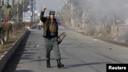 在阿富汗贾拉拉巴德的巴基斯坦领事馆附近,一名警察在发生枪战和爆炸的现场 (2016年1月13日)