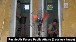 Binh sĩ Mỹ trợ giúp sửa chữa nhà cửa cho người dân ở Quảng Nam hôm 10/9.