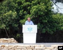 诺贝尔和平奖得主德克勒克在和平祈福仪式上致词
