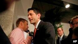 El presidente de la Cámara, Paul Ryan, se retira después de hablar con los medios de comunicación, sobre una reunión republicana en el Capitolio. Washington, jueves 23 de marzo de 2017.