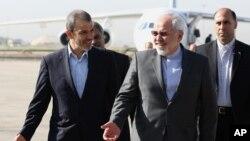 Bộ trưởng Ngoại giao Iran Mohammad Javad Zarif (phải) và đại sứ Iran tại Iraq Hassan Dannaie Fir tại sân bay Baghdad, ngày 24/8/2014.