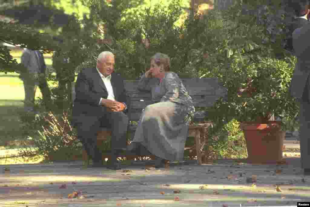 Como canciller, Shraon conversa con la secretaria de Estado, Madeleine Albright, durante una cumbre de paz, en el Centro de Conferencias del río Wye, el 18 de octubre de 1998.