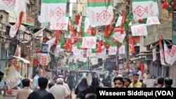 انتخابی مہم کے دوران کراچی کے علاقے میں لگے ایم کیو ایم کے پرچم