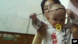 李成英的妹妹李成霞抱着李成英的孩子