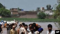 Преживеаните од пакистанските поплави ги преплавија засолништата