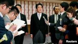 2013年12月26日,日本首相安倍晋三参拜完靖国神社后与记者见面。