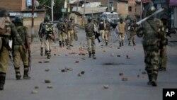 Polisi paramiliter India melakukan patroli saat demonstrasi rusuh di Srinagar, Kashmir India (foto: dok).