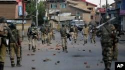 Pasukan keamanan India berpatroli di wilayah Srinagar, daerah Kashmir yang dikontrol India, 7 September 2106 (AP Photo/Mukhtar Khan). Dua orang tewas dan sedikitnya 25 lainnya cedera, Sabtu (10/9) ketika pasukan pemerintah menembakkan gas air mata dan bentrok dengan demonstran yang menuntut kebebasan dari kekuasaan India di Kashmir.