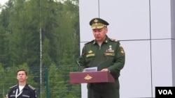 俄罗斯国防部长绍伊古2015年夏季在莫斯科郊外的一个活动上讲话。