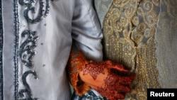 Seorang perempuan dan suaminya setelah akad nikah di masjid di Banda Aceh, 9 Desember 2012. (Foto: Reuters)