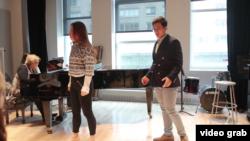 來到紐約曼尼斯音樂學院(Mannes School of Music)讀研究生的胡浩(右)。(視頻截圖)