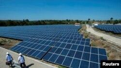 Archivo - La industria solar estadounidense ha tenido que suspender proyectos por el aumento de los costos.