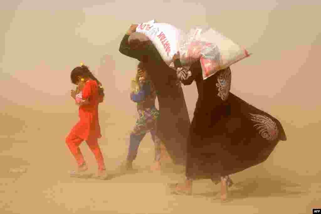 ជនភៀសខ្លួនអ៊ីរ៉ាក់ដែលរត់គេចពីប្រតិបត្តិការរបស់រដ្ឋាភិបាលប្រឆាំងនឹងក្រុមរដ្ឋឥស្លាម នៅក្នុងក្រុង Fallujah លីអាហារជាមូលដ្ឋានរបស់គាត់នៅក្នុងជំរំមួយក្នុងស្រុក Khaldiyeh កាលពីថ្ងៃទី២០ ខែមិថុនា ឆ្នាំ២០១៦។