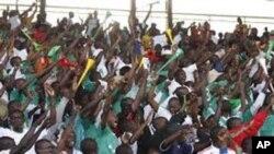 Mashabiki wa Gor Mahia wakati wa mchuano na timu ya AFC Leopard.
