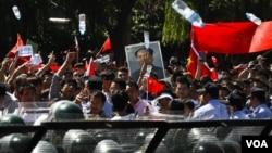 約六萬北京民眾從上午八點起陸續來到日本駐華大使館前示威。