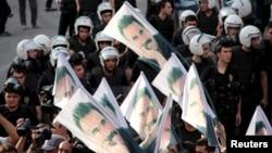 Người biểu tình cầm hình lãnh đạo phiến quân người Kurd bị cầm tù Abdullah Ocalan trong cuộc biểu tình phản đối các hoạt động an ninh ở Thổ Nhĩ Kỳ.