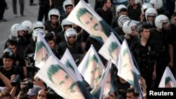 ພວກປະທ້ວງພາກັນຖືປ້າຍທີ່ມີຮູບຜູ້ນຳກະບົດ Kurds ທີ່ຍັງ ຕິດຄຸກ ທ້າວ Abdullah Ocalan.