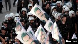 示威者举着带有被监禁的库尔德反政府武装领导人阿卜杜拉·奥贾兰的旗帜,以表抗议(2015年9月6日)