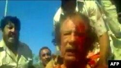 Hình ảnh chụp từ video nghiệp dư cho thấy nhà cựu lãnh đạo Libya Moammar Gadhafi sau khi bị chiến binh NTC bắt giữ ở Sirte, ngày 21/10/2011
