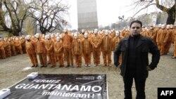 El exprisionero francés de Guantánamo, Mourad Benchellali, posa con miembros de Amnistía Internacional durante una protesta en París.