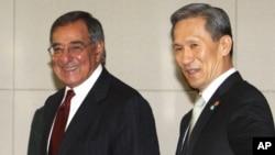 한.미 안보협의회의에 참석한 김관진 국방장관과 리언 패네타 미국방장관(자료사진)