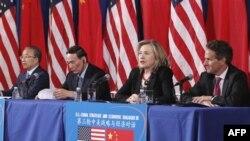 Từ trái: Ủy viên Quốc vụ viện Trung Quốc Đái Bỉnh Quốc, Phó Thủ tướng Trung Quốc Vương Kỳ Sơn, Ngoại trưởng Hoa Kỳ Hillary Rodham Clinton, và Bộ trưởng Tài chính Hoa Kỳ Timothy Geithner tham gia cuộc Đối thoại Kinh tế và Chiến lược Mỹ-Trung tại Washington