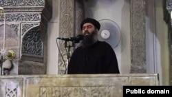 عکس آرشیوی منتسب به ابوبکر البغدادی، خلیفه خودخوانده دولت اسلامی، در حال سخنرانی در مسجد جامع نورالدین شهر موصل، عراق