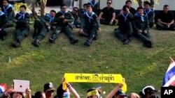 Demonstran anti pemerintah Thailand protes di depan rumah Perdana Menteri Yingluck Shinawatra, Minggu 22 Desember 2013.