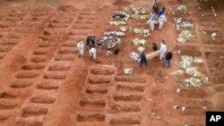 گورستان ویلافارموسا در برازیل؛ کارمندان صحی در حال خاکسپاری قربانیان کروناویروس