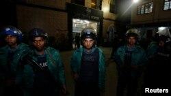 Cảnh sát đứng gác trước Nhà tù Trung ương Dhaka trong lúc ông Mollah gặp mặt thân nhân, Bangladesh, 10/12/2013