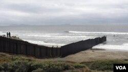 La nueva barrera tendrá 90 metros en el Océano Pacífico para evitar el paso durante épocas de marea baja.