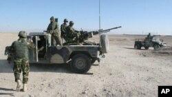 23일 아프가니스탄 헬만드주 상긴지구의 한 검문소에서 군인들이 경계근무 중이다.