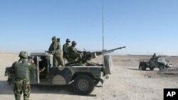 Tentara nasional Afghanistan berjaga-jaga di titik pemeriksaan menuju distrik Sangin di provinsi Helmand, Afghanistan, 23 Desember 2015.