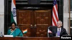 印度国防部长尼尔马拉·西塔拉曼(Nirmala Sitharaman 左)和美国国防部长马蒂斯在印度新德里的联合记者会上(2017年9月26日)