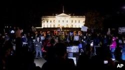 Manifestantes se reúnen frentre a la Casa Blanca, en Washington, el jueves 8 de noviembre de 2018.