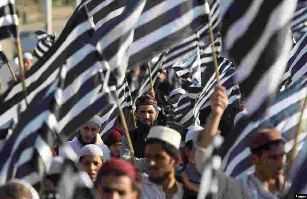 Những người ủng hộ đảng tôn giáo Jamiat Ulema-e-Islam nghe những nhà lãnh đạo của họ phát biểu trong một cuộc biểu tình kỷ niệm Ngày Đoàn kết Kashmir, ở Islamabad, Pakistan.