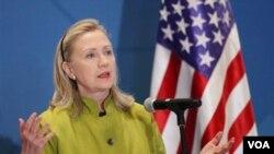 """La seccretaria Clinton afirmó que para defender la posición de EE.UU. en el mundo """"se requiere y se necesita más que decisión y muchas horas en avión, se necesitan recursos""""."""