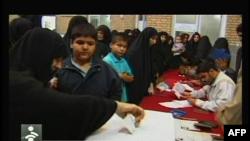 Warga Iran menuju TPS-TPS hari Jumat (14/6) untuk memilih Presiden baru.