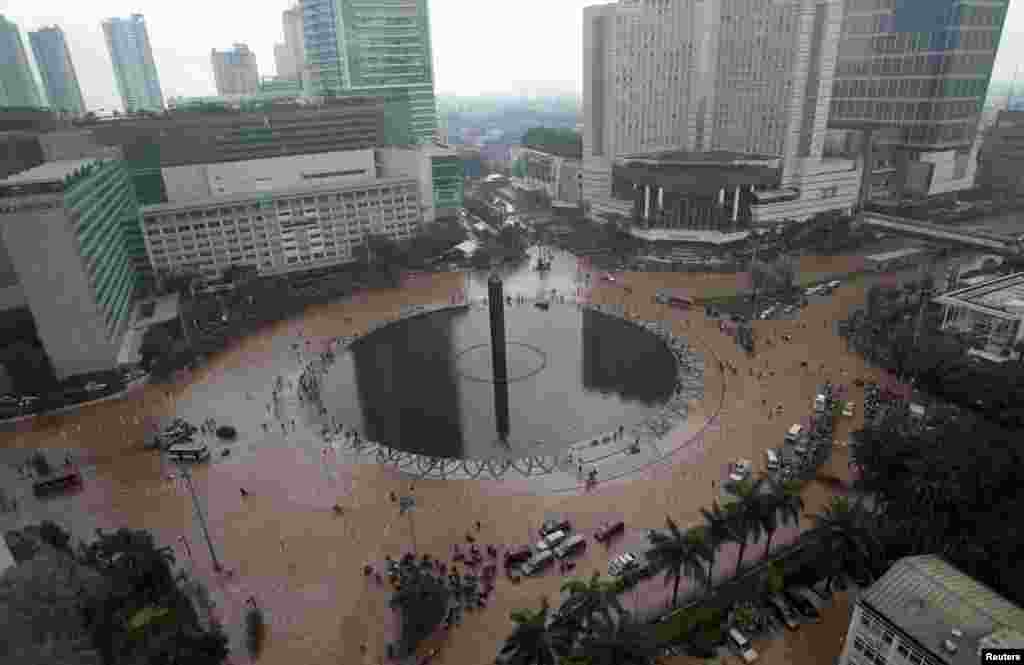 An unusual empty Bundaran Hotel Indonesia traffic circle is seen during floods in central, Jakarta, Indonesia, January 17, 2013.