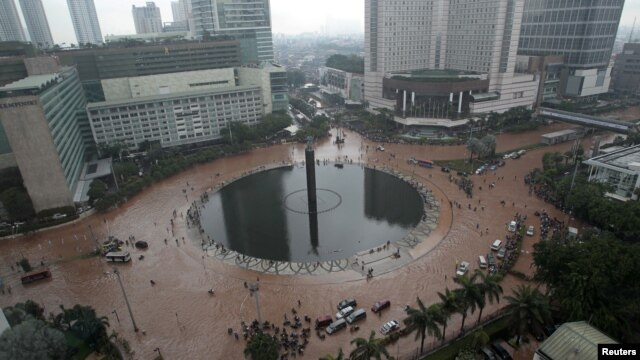 Bundaran Hotel Indonesia tidak seperti biasanya terlihat sepi dari lalu lalang mobil akibat banjir yang melanda Jakarta (17/1).