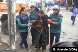 A BNP woman leader is being arrested by police in Dhaka, March 6, 2018, after she took part in a human chain, which demanded the release of BNP chairperson Khaleda Zia.