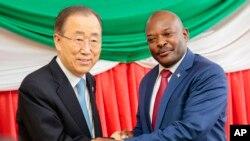 Le président burundais Pierre Nkurunziza rencontre le secrétaire général de l'ONU Ban Ki-moon, le 23 février 2016 à Bujumbura.