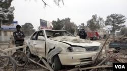 Polisi Afghanistan memeriksa lokasi serangan bom mobil di provinsi Khost, Jumat (18/2).