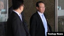북한의 핵 협상을 총괄하는 김계관 외무성 제1부상(오른쪽)이 18일 베이징 수도공항에 도착해 귀빈 전용 주차장으로 걸어나오고 있다.