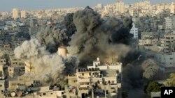 El humo se levanta de una explosión causada por un ataque aéreo israelí en un edificio del centro cultural Said al-Mis'hal en la ciudad de Gaza, el jueves 9 de agosto de 2018. Funcionarios palestinos dicen que aviones de combate israelíes atacaron el centro cultural en la ciudad de Gaza. El Ministerio de Salud palestino dice que siete transeúntes resultaron heridos en el ataque aéreo del jueves por la noche en el campo de refugiados de Shati. (AP Photo / Arafat Kareem)
