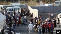 ژمارهیهک پهنابهری سـوری دهگهنه ئۆردوگای ئاوارهکان له شـارۆچکهی ڕهیحانلی له ناوچهی هاتای، پـێـنجشهممه 23 ی شهشی 2011