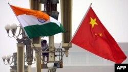 中国天安门广场上的印度和中国国旗(2003年6月22日)。