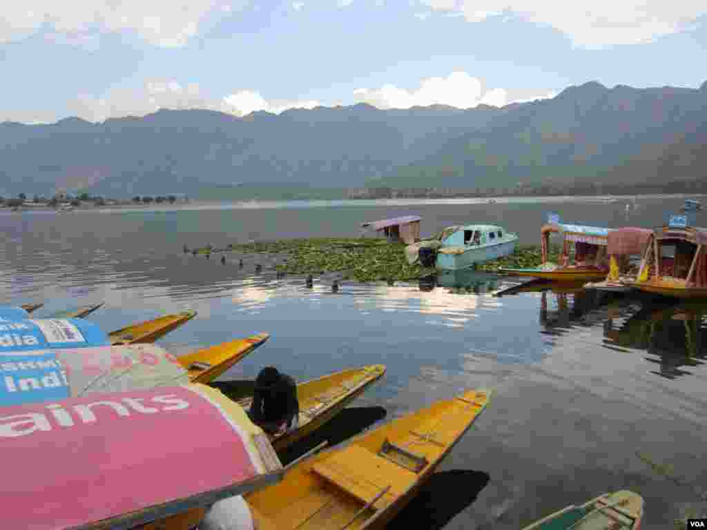"Empty boats or ""shikaras"" line Dal Lake in Srinagar, Indian Kashmir. (Aru Pande/VOA)"