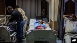 21일 이집트 해안에서 난민선이 전복되는 사고가 발생한 가운데, 구조된 탑승자들이 알렉산드리아의 한 병원에서 쉬고 있다.